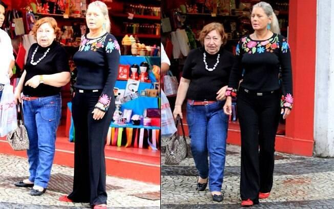 Acompanhada de Elenita, amiga da família, Vera Fischer circula pelo bairro do Leblon, no Rio