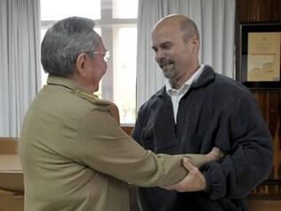 Presidente cubano Raul Castro cumprimenta o prisioneiro Gerardo Hernandez, libertado pelos EUA