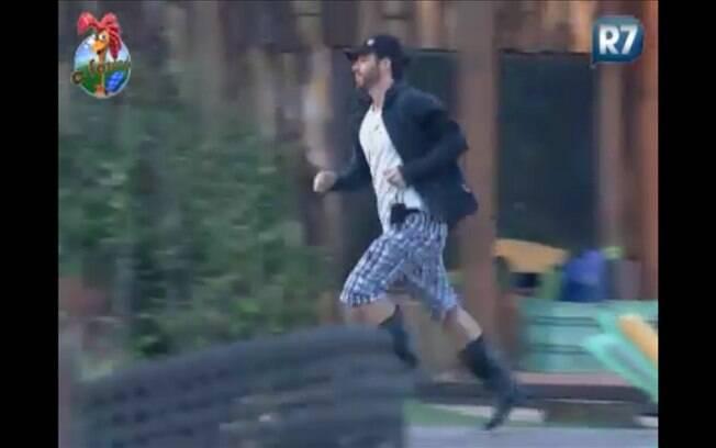 Marlon corre para pegar balde de ordenha a tempo de realizar atividade sem punição