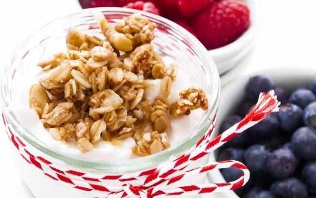 Misturar castanhas ao iogurte é uma boa sugestão para o café da manhã