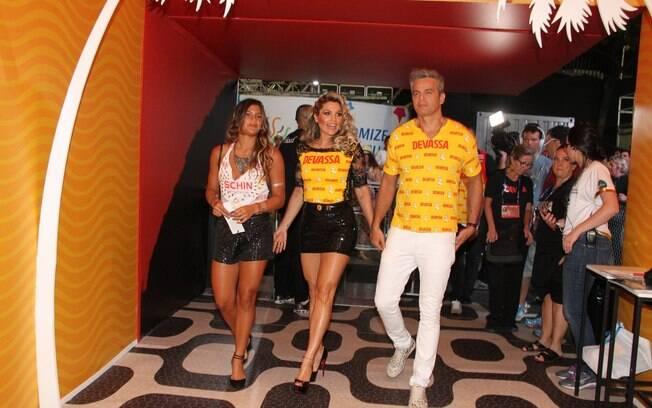Flávia Alessandra, sua filha Giulia e seu marido Otaviano Costa chegam ao camarote da Devassa