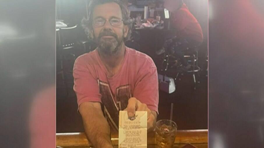 Gregory Jarvis com seu bilhete premiado