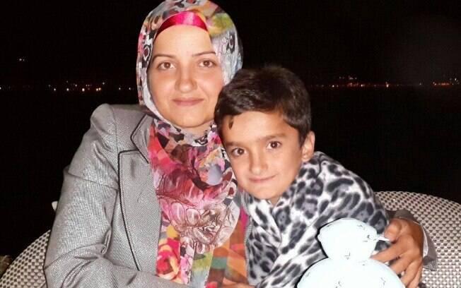 Berivan Elif Kilic aparece abraçada ao filho em foto de sua conta em uma rede social. Foto: Reprodução/Facebook