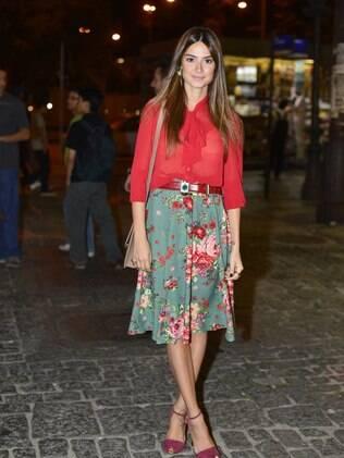 Thaila Ayala desfilou com uma saia florida e uma camisa de seda transparente