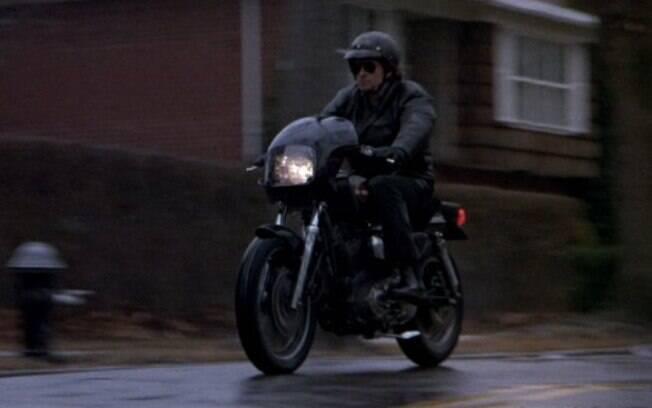 """Michael Douglas começa o filme """"Chuva Negra"""" pilotando uma Harley-Davidson"""