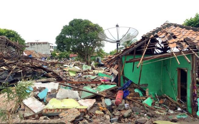 Tsunami provocou grande destruição e a morte de centenas de pessoas na Indonésia