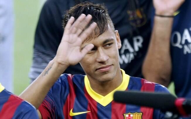 Neymar acena para torcedores do Barcelona ao  ser apresentado no Camp Nou antes de jogo contra o  Santos