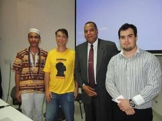 Leonardo Dallacqua, à frente do grupo, em uma palestra do Instituto Zimbabuê