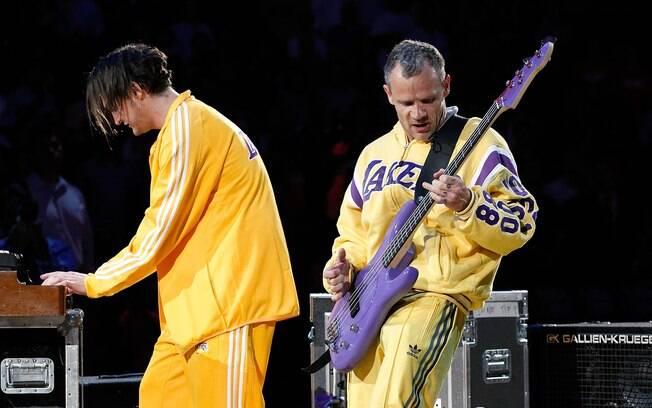 Os músicos do Chili Peppers não escondem o  amor pelo Lakers nem mesmo quando estão se  apresentando