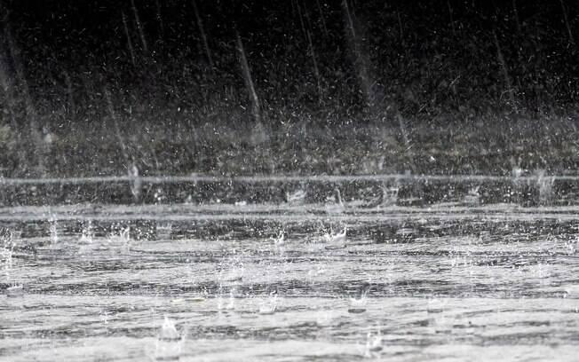 gotas de chuva caindo no chão