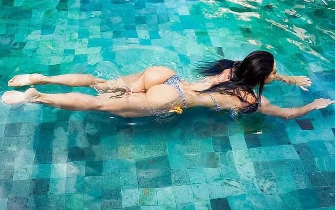 Graciele Lacerda adora exibir o corpão em fotos nas redes sociais e Zezé Di Camargo se derrete