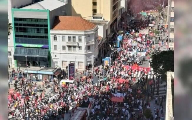 Manifestantes saíram pela Avenida Francisco Glicério em direção à Anchieta.