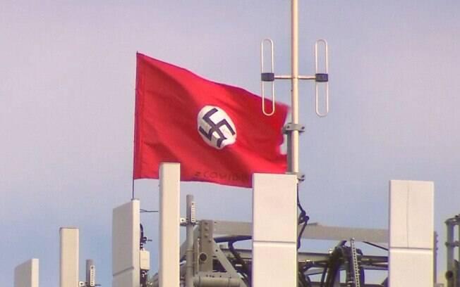 Bandeira nazista acompanhada da palavra