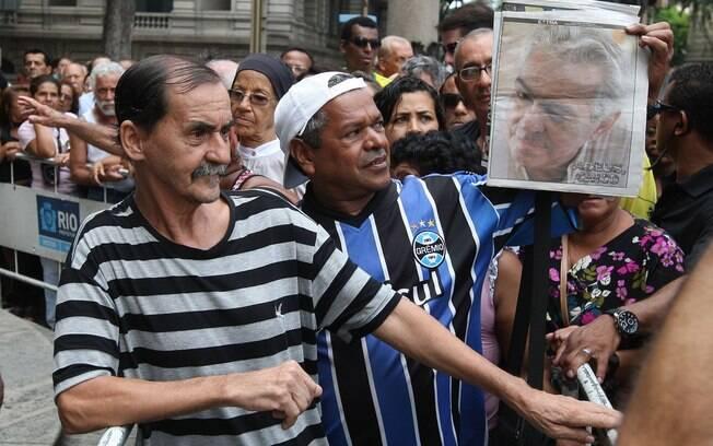 Fãs fazem fila no velório do humorista Chico Anysio, que está aberto ao público até as 22h