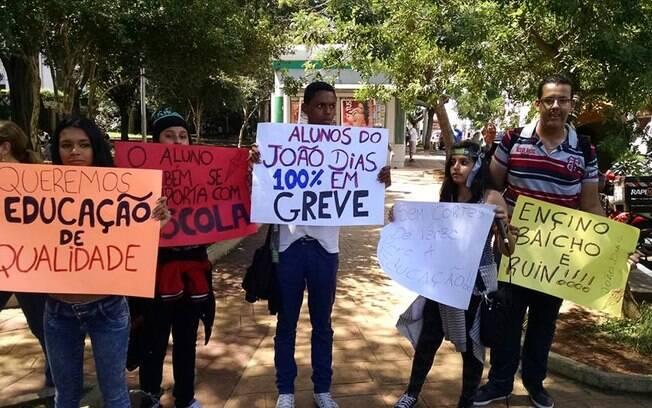 Estudantes da rede estadual fazem cartazes em apoio à greve dos professores da rede estadual (30.03.2015)