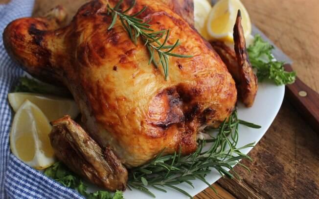 Alecrim dá um sabor especial ao frango assado