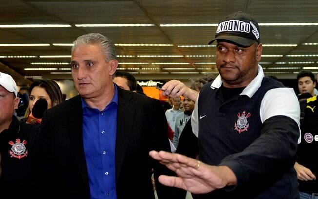 Tite desembarca cobrado pelos torcedores no aeroporto
