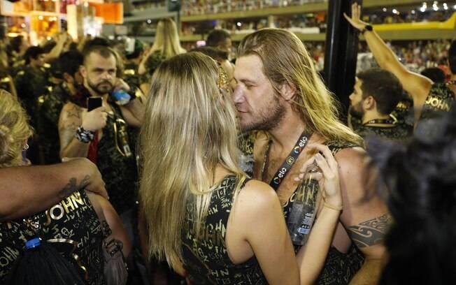 Diego Alemão beija loira no camarote N1 na segunda noite de desfiles na Sapucaí
