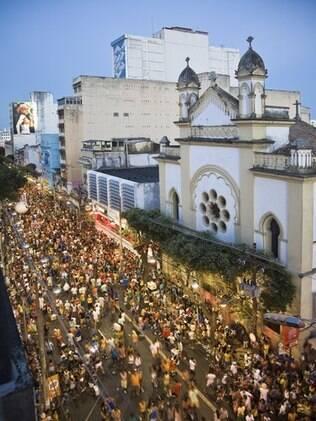 Multidão toma as ruas de Salvador para acompanhar os trios elétricos durante o Carnaval