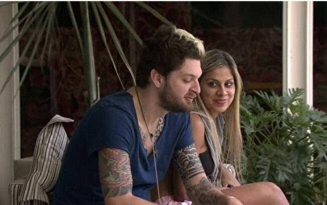 Cassio flerta com Vanessa