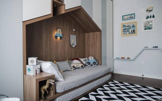 Diferente do quarto do bebê, o espaço de Noá conta com uma pista de carrinhos e a cama tem o formato de