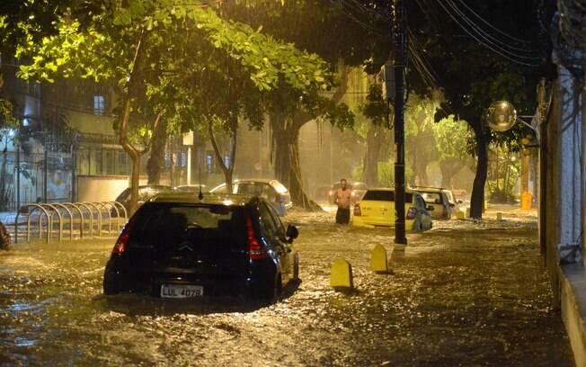 Temporal na noite de sábado no Rio de Janeiro deixou ruas alagadas e carros submersos