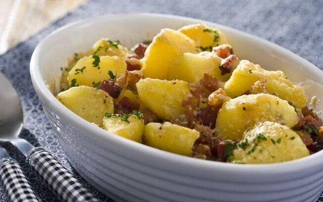 Travessa com batatas assadas