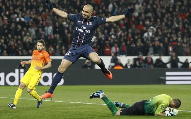 Valdés pega a bola, e Alex pula o goleiro do  Barcelona