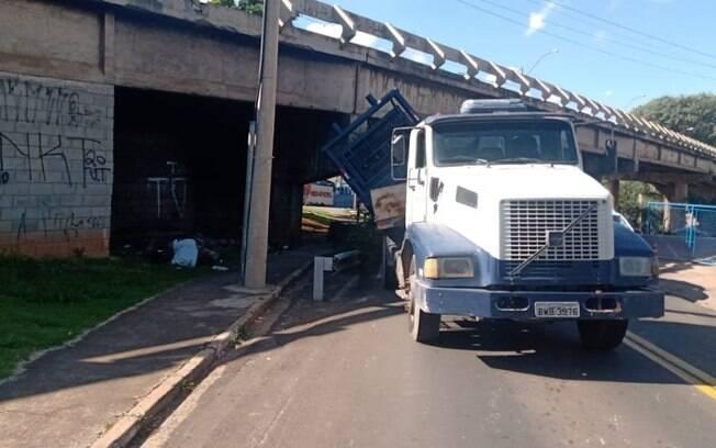 Caminhão enrosca em viaduto na região do Taquaral, em Campinas