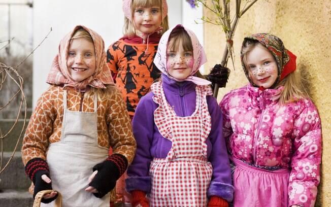 Na Semana Santa, as crianças se fantasiam com rostos pintados e usando vassouras