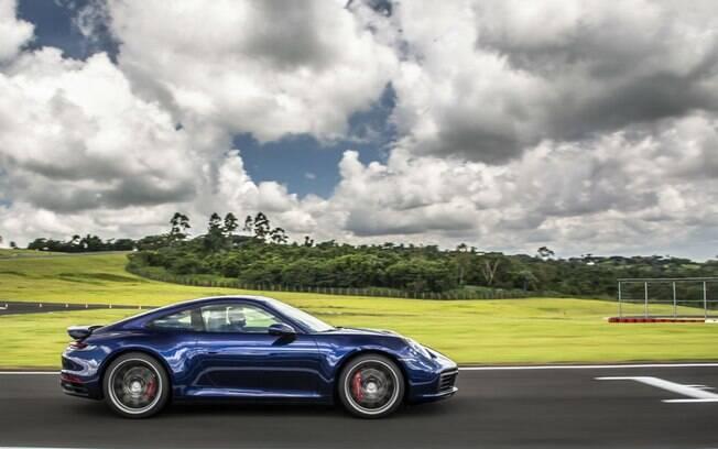 Porsche 911 ficou mais largo,  ganhou aerofólio traseiro maior e rodas de aro 20 polegadas na frente e 21 atrás
