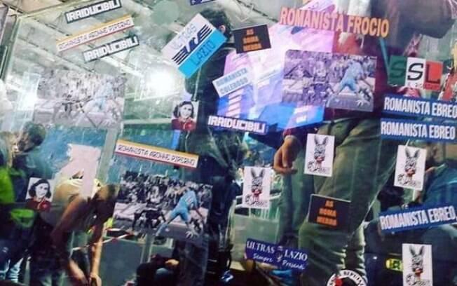 Papéis de teor antissemita colados pela torcida da Lazio no Estádio Olímpico