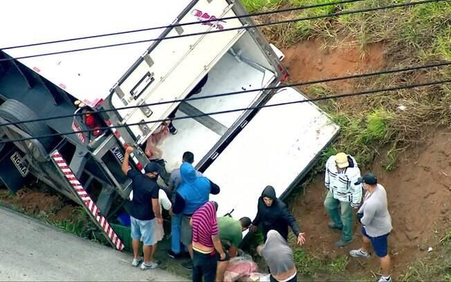 Caminhão foi saqueado após tombar na rodovia
