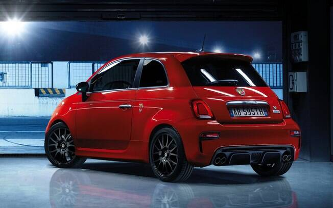 Fiat 500 Abarth 595 Pista conta com quatro saídas de escapamento na traseira, assim como os modelos da Ferrari