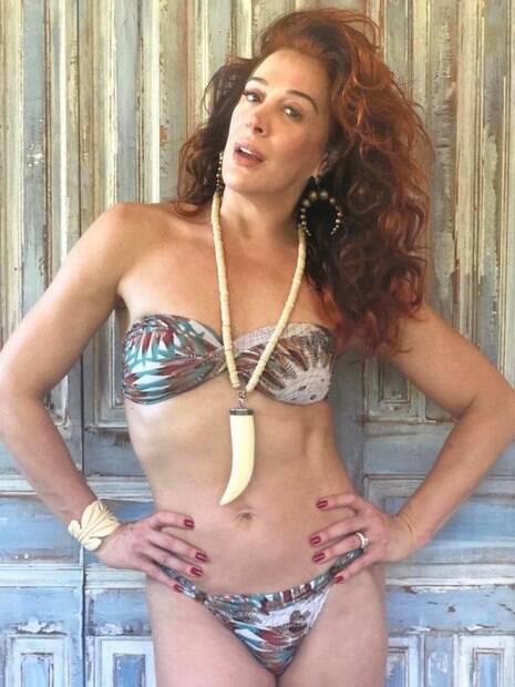 Claudia Raia surpreende internautas ao posar de  biquíni e exibir corpão