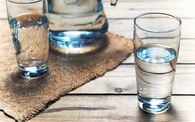 O Ministério da Saúde, em seu blog, afirma que a quantidade de água necessária diariamente é variável