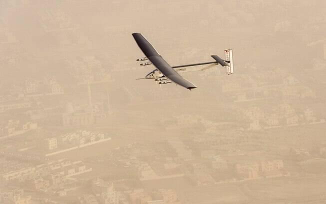 Avião a energia solar começa volta ao mundo em Abu Dhabi