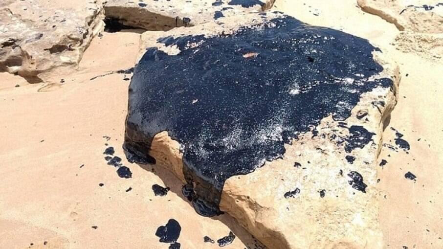 Cerca de 300 quilos de óleo foram coletados da praia de Itacimirim, no litoral norte da Bahia, até esta segunda-feira (5)