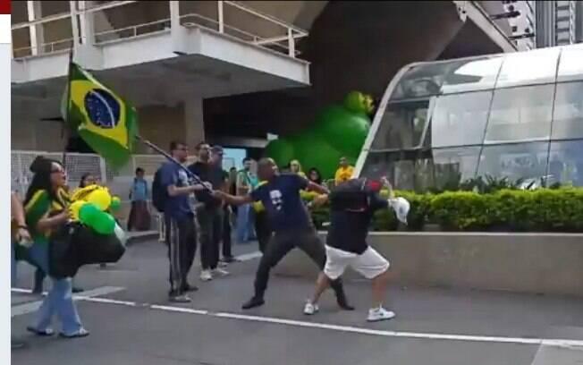 Eduardo Bolsonaro se referiu a briga entre manifestantes contra e a favor do golpe de 1964 na Av. Paulista, em São Paulo
