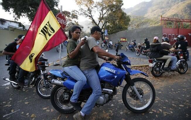 Alguns escolheram andar com motos por Caracas empunhando bandeiras, para homenagear Hugo Chávez (05/03)