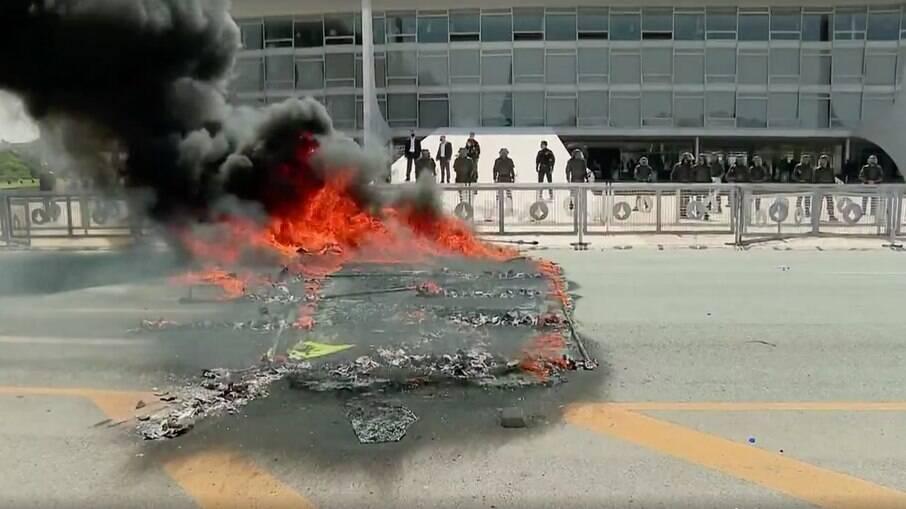 Manifestantes atearam fogo em 'caixão' de papelão
