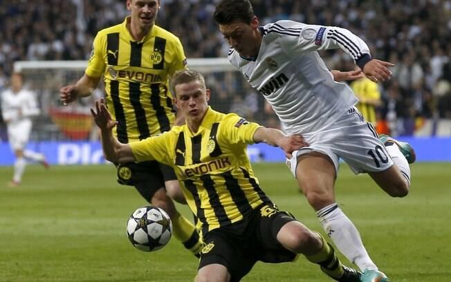 Oezil, do Real Madrid, recebe dura marcação  de Piszczek, do Borussia