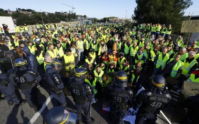 Coletes amarelos deram ultimato a Macron e criticaram doações milionárias à Notre-Dame no último final de semana