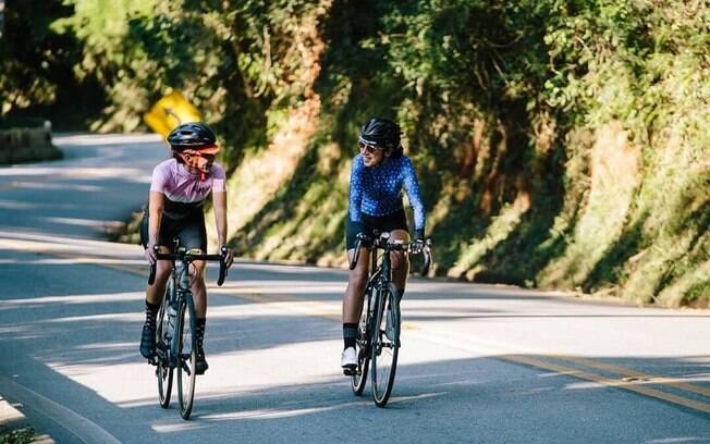 duas mulheres andando de bicicleta na estrada