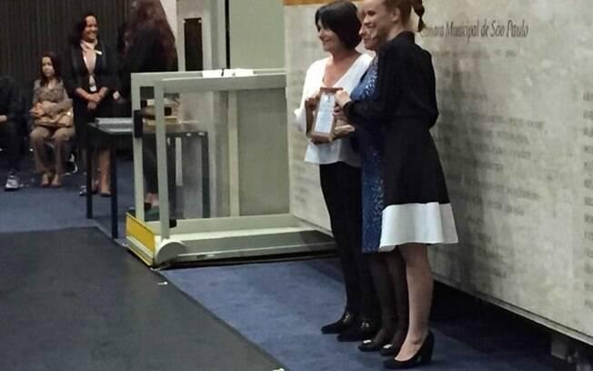 As Flavias recebendo homenagem pela coluna das mãos da vereadora Edir Sales