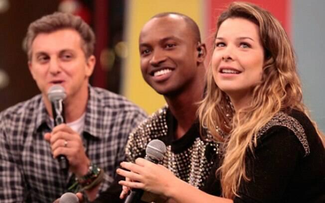 Thiaguinho e Fernanda Souza com Luciano Huck