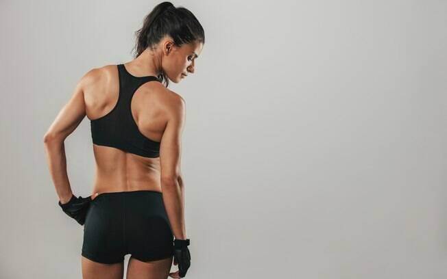 Preparador físico ensina exercícios para acabar com a gordura nas costas e manter o corpo em forma