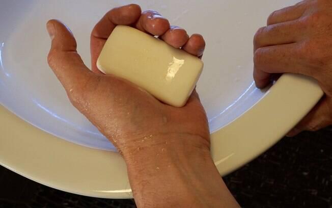 Lavar-se com água e sabão continua a ser uma das medidas mais importantes para evitar a proliferação de germes