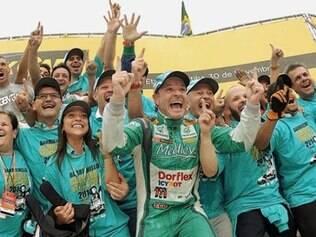 Rubinho comemora com familiares e colegas da Full Time em Curitiba