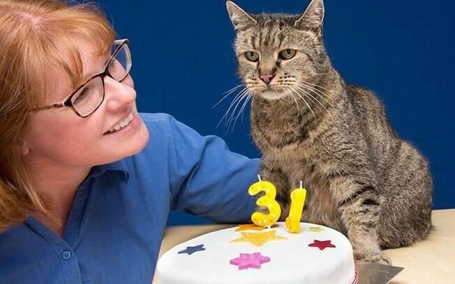 O gato chegou à residência do casal em 1990 e, na época, foi avaliado por veterinários que diziam que Nutmeg tinha aproximadamente cinco anos.